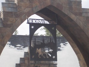 1280px-Hogsmeade_sign_(Wizarding_World_of_Harry_Potter_Theme_Park)_01